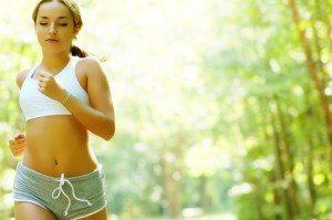 Junge Läuferin mit Sport BH