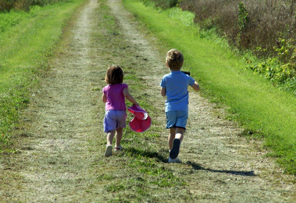 Beim Fahrtspiel ahmt der Läufer den Laufstil von Kindern nach